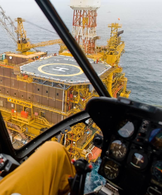 Hélicoptère sur plate-forme pétrolière